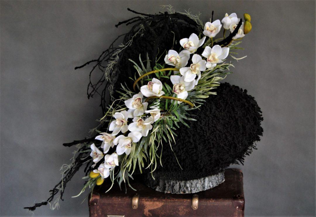 Piękne duże czarne serce 3d na drewnianej podstawie ozdobione czarnymi gałązkami , wysokiej jakości gumowym cymbidium i zielonymi dodatkami