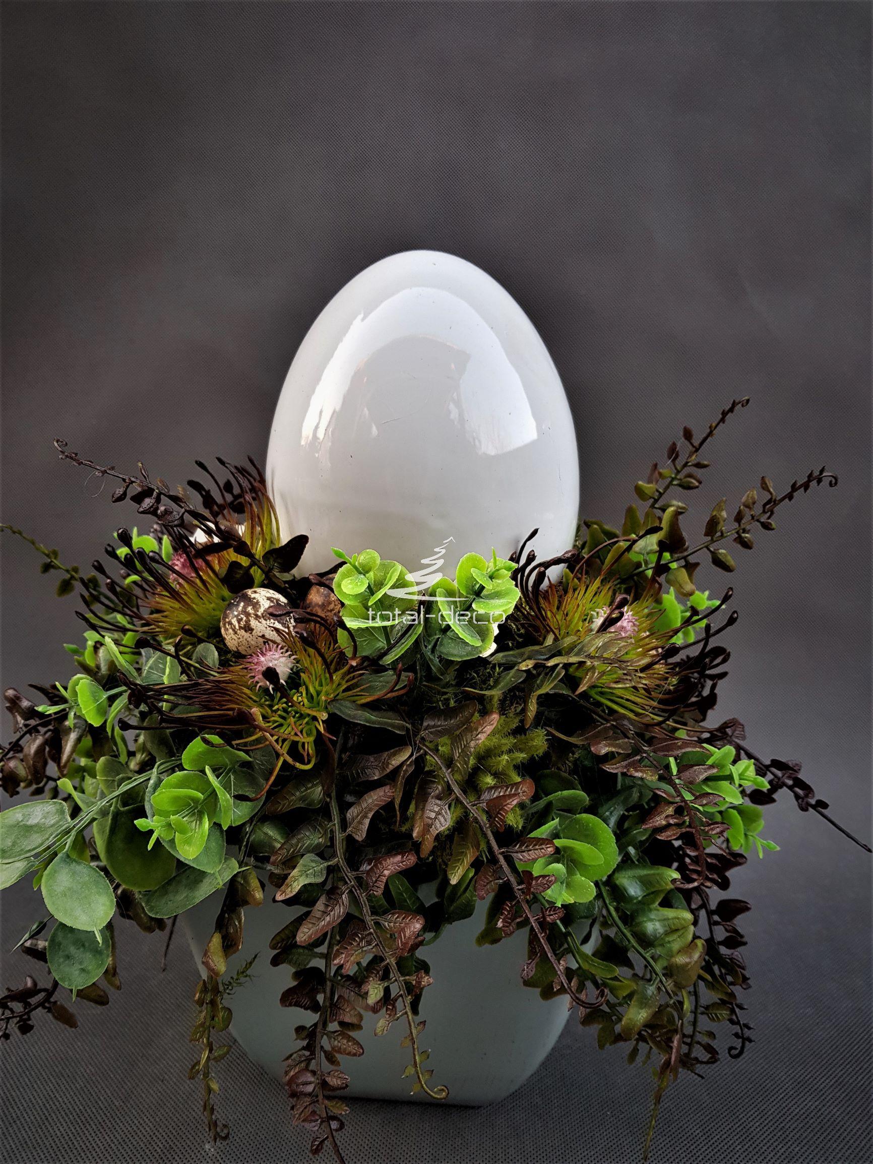 stroik wielkanocny z dużym ceramicznym jajkiem